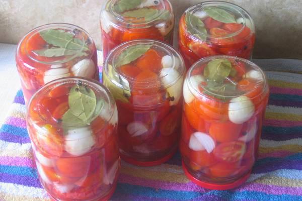 Консервированные помидоры с луком